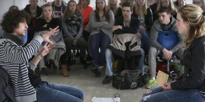 Saher vertelt leerlingen van De Friese Poort in Sneek over zijn ervaringen als vluchteling. FOTO NIELS WESTRA