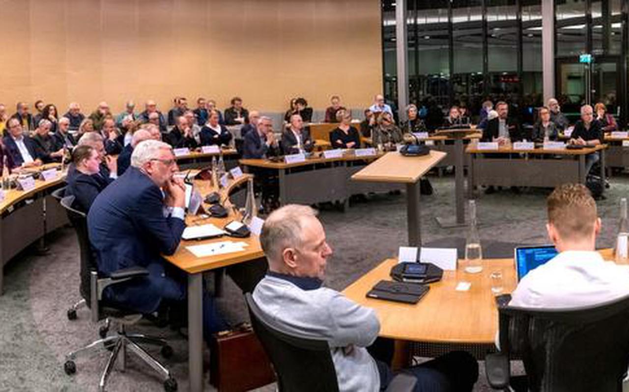 De gemeenteraad van Smallingerland luistert naar de analyse van verkenner Ton Baas, vorige maand in de raadszaal in Drachten.