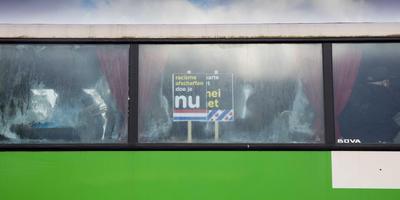 De bus met demonstranten strandde tijdens de nationale intocht op de A7. FOTO ANP