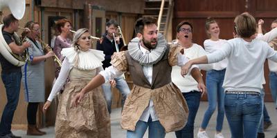 Raymond Muller als Schelte van Aysma bij de repetities voor Skeltemania in Schettens. FOTO SIMON BLEEKER