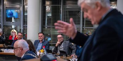 FNP-fractievoorziter Jan Volbeda aan het woord tijdens de raadsvergadering in De Fryske Marren vorige week. FNP-wethouders Durk Stoker (midden, rechts, met bril) en Durk Durksz (links van Stoker) horen toe. FOTO NIELS DE VRIES