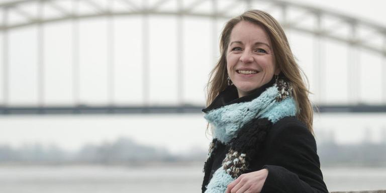 """Friezin om utens Jetske van der Schaar aan de Waalkade in haar woonplaats Nijmegen. ,,In families zoals die van ons is testen het verschil tussen erachter komen of je degene bent die ziek wordt, of degene die de andere familieleden straks zal verzorgen."""" FOTO RUBEN MEIJERINK/APA"""