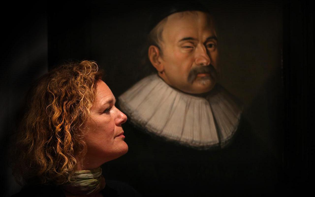 Directeur Manon Borst voor een van de professorenportretten in het museum. ,,Aan de voorwerpen voelen is niet alleen voor slechtzienden, daar worden alle bezoekers blij van.''
