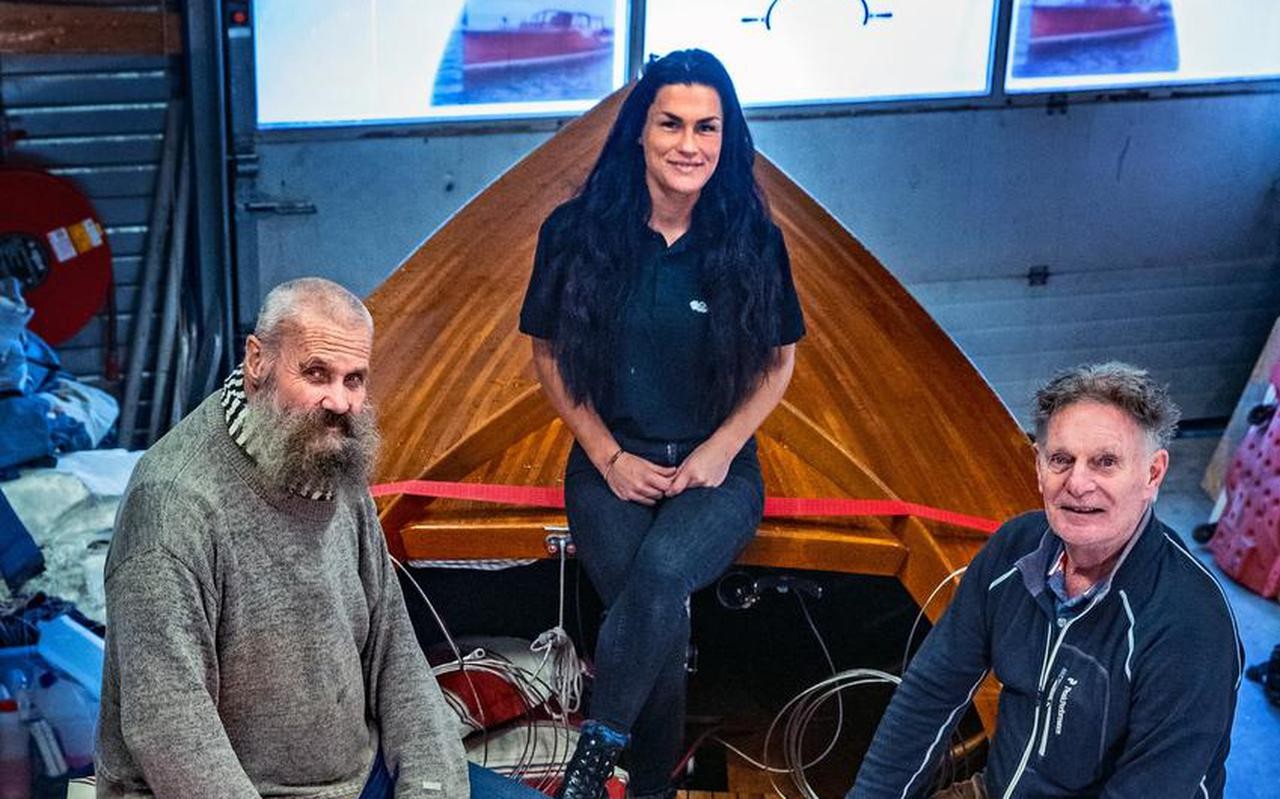 Botenlakker Jan Loopik (links), Jans schoondochter en Theo van Vliet op de Theos 22m².