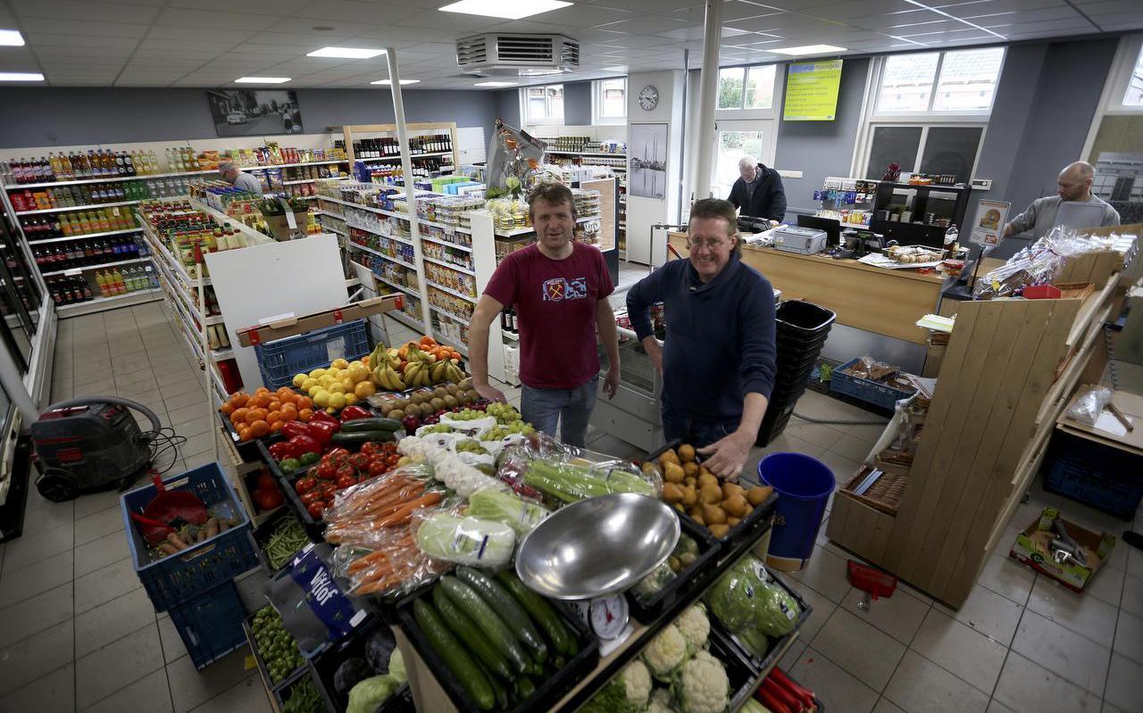 Auke van Netten en Auke Hoogterp in de vernieuwde dorpswinkel van Gaastmeer. FOTO CATRINUS VAN DER VEEN