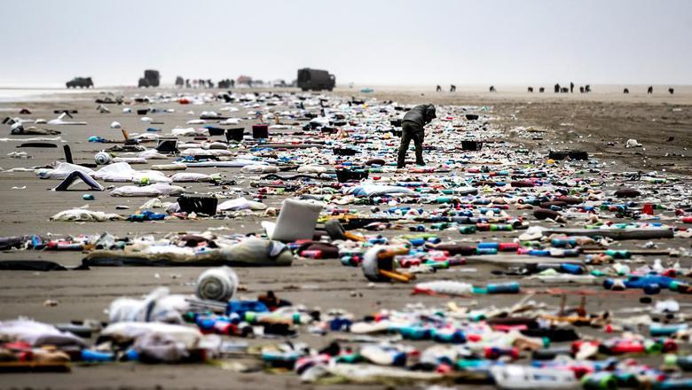 Een foto van begin januari, toen er massaal spullen aanspoelden op het strand na het ongeluk met het vrachtschip MSC Zoe.