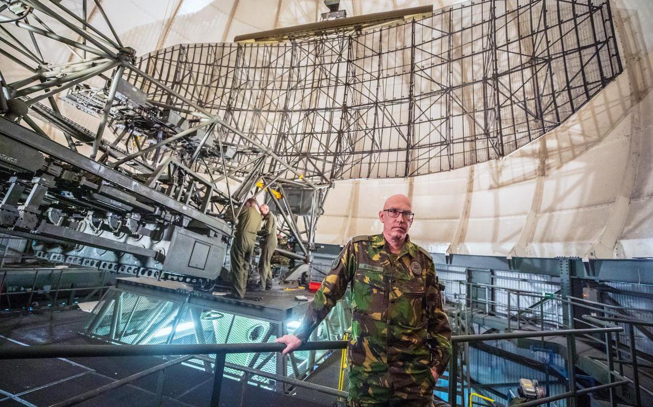 Hoofd van de radarstations adjudant onderofficier Jan Bekkema uit Drachten in de koepel van de oude radar.