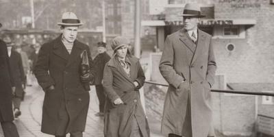 In fel, lyts, boazich froutsje, volgens filmregisseur Pieter Verhoeff, in mei 1930 onder begeleiding op weg naar het gerechtsgebouw in Leeuwarden. FOTO STADSARCHIEF AMSTERDAM