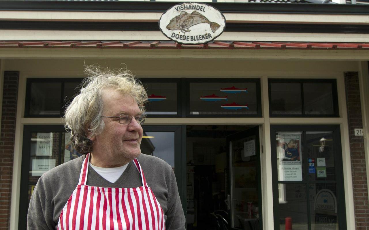 Doede Bleeker voor zijn viswinkel in Stavoren, 2014. FOTO ARCHIEF LC