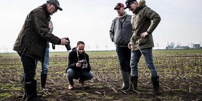 De vondst van het eerste ei bij Vegelinsoord, door Eduard van der Hoek (r). FOTO ANP