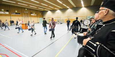 Spelen en lopen werd zaterdag in Stiens geoefend voor het evenement Lûd fan de Middelsee. In verband met het onberekenbare weer gebeurde dat in de sporthal in plaats van buiten. FOTO MARCEL VAN KAMMEN
