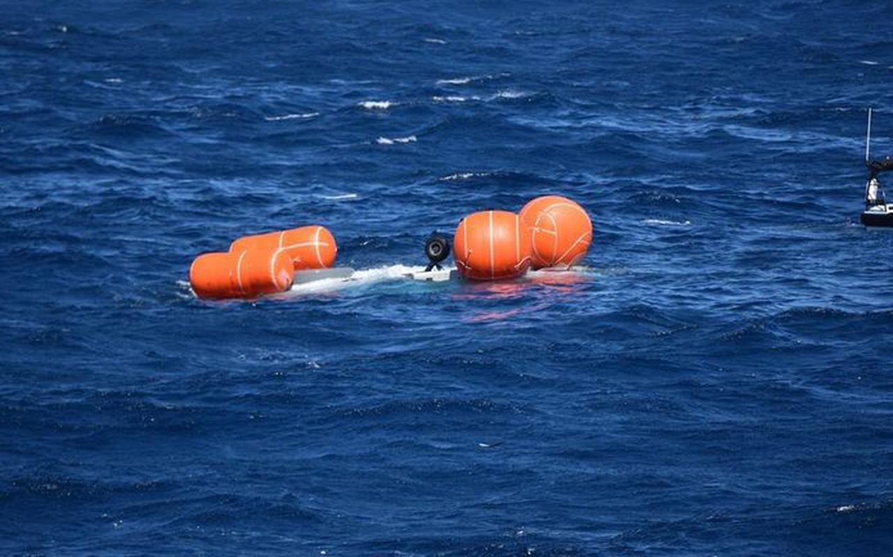 De NH90 die zondagmiddag crashte voor de kust van Aruba hangt op zijn kop onder water aan vier ballonnen. Door harde wind en hoge golven was het moeilijk om het toestel te bergen.