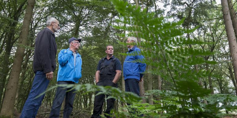 Mannen van Stichting Begraafplaatsen Appelscha op de nieuwe natuurbegraafplaats aan de Kloosterweg. Van links naar rechts: Riemer Wolters, Wietze Werkman, Gerdo Heite (beheerder) en Bert Rijswijk.