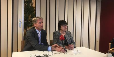 Wethouder Marian Uitdewilligen (rechts) en bestuurder Marcel Kuin van Antonius presenteren de gemeente Noordoostpolder als nieuwe eigenaar van het Dokter Jansencentrum. FOTO LC