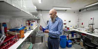 Rinus Beintema aan het werk in zijn 'geheime' lab. FOTO HOGE NOORDEN / JACOB VAN ESSEN