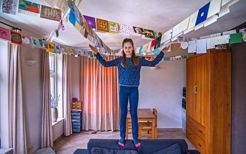 Post: Britt van negen stuurde alle postbodes van Nederland een kerstkaart, ze heeft er al 900 teruggekregen