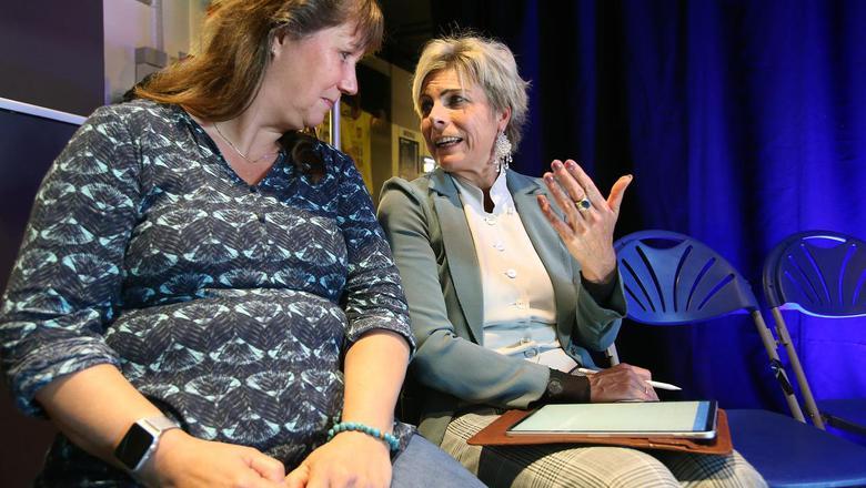 Prinses Laurentien complimenteerde ervaringsdeskundige Paula van der Veer (links) met de manier waarop zij met armoede omging. FOTO NIELS WESTRA