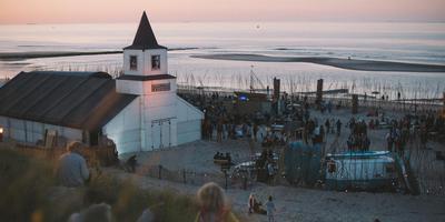 Een hedonistische sfeer rond het strandpodium op Into The Great Wide Open. FOTO DAVID VAN DARTEL