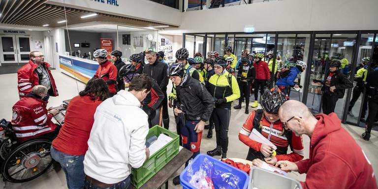 De start in de Elfstedenhal in Leeuwarden. FOTO HOGE NOORDEN/JACOB VAN ESSEN