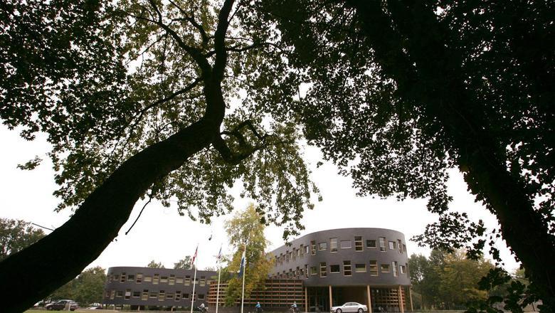 Het gemeentehuis van Ooststellingwerf in Oosterwolde. FOTO ARCHIEF LC