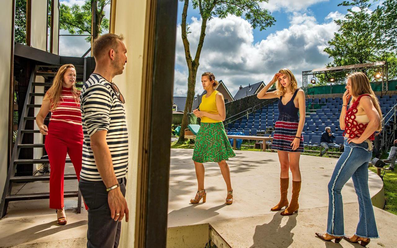 Theo Smedes repeteert een scène samen met de dames van het koor.  foto niels de vries