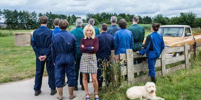Yvon Jaspers met de boeren. Hun identiteit wordt op zondag 1 september bekendgemaakt. FOTO KRONCRV