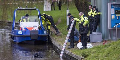 Een duiker zoekt in het water bij de Harmonie naar sporen van de vermiste Remon Bruinsma. FOTO HOGE NOORDEN/JACOB VAN ESSEN