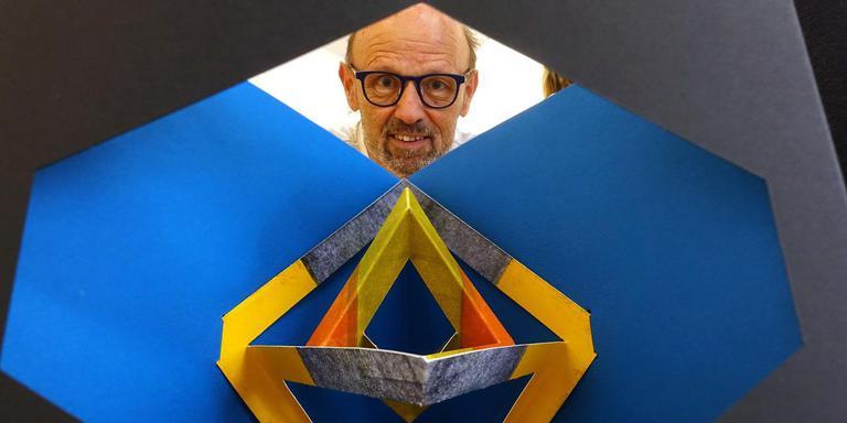 Boekbinder Wim Gremmen boven zijn 'sterrenboek.' FOTO ALEX DE HAAN