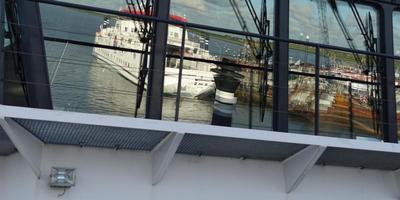 De Sier, weerspiegeld in de stuurhut van de Oerd. FOTO LC