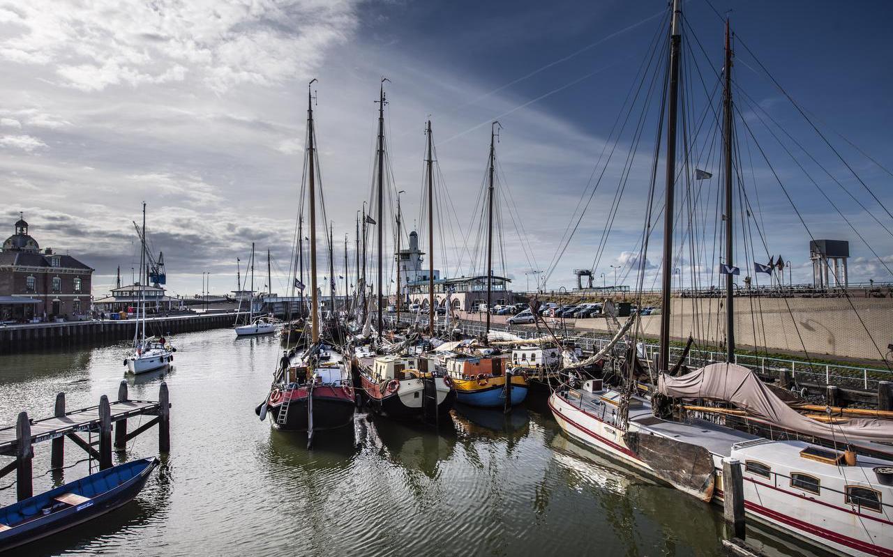 De charterschepen van de Bruine Vloot liggen werkloos aan de wal in Harlingen.