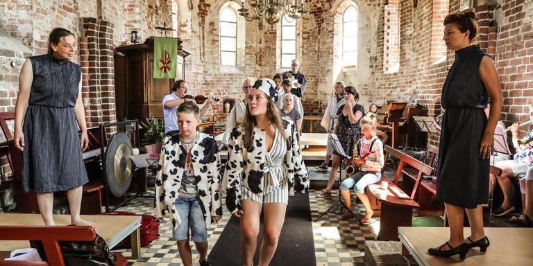 Repeteren voor Een nacht in de Sint Janskerk met links artistiek leider Judith Oost en rechts de Italiaanse Marielle Melani als twee weduwen. FOTO NEEKE SMIT