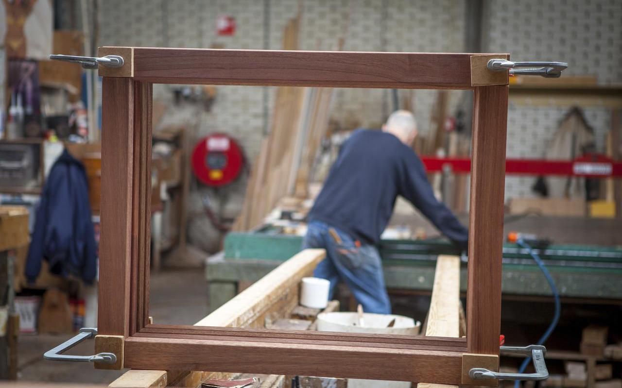 De productie van houten kozijnen bij Timmerfabriek De Jong in Woudsend wordt verdubbeld. FOTO BAUKE VAN DELFT