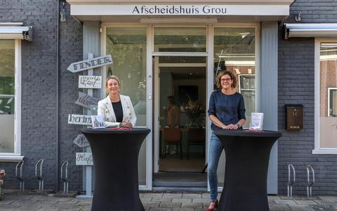 Marise den Oudsten en Sabina Rietveld voor de afscheidsruimte in Grou.