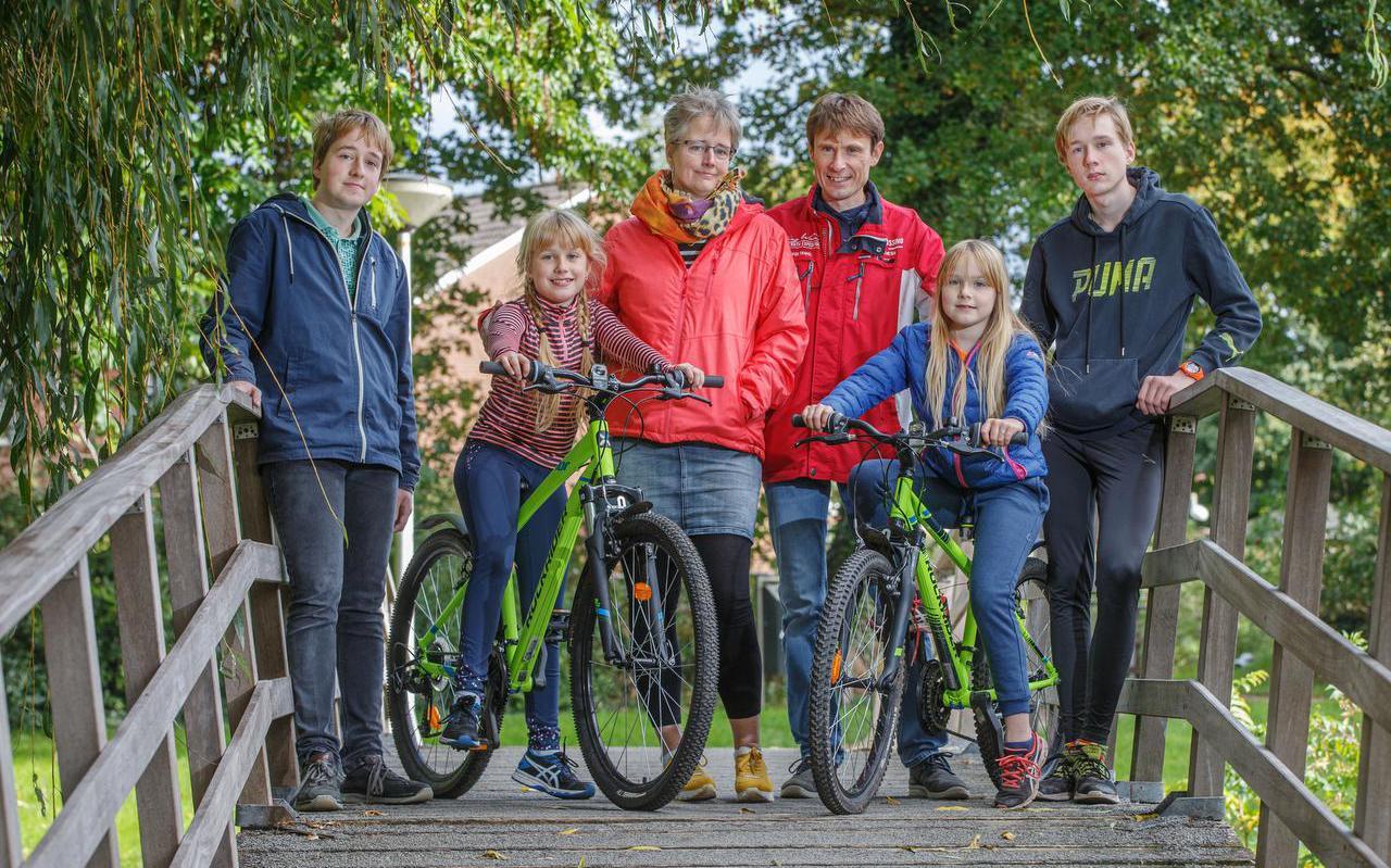 Het gezin Maatman, met van links naar rechts: Yochum, Miriam met haar nieuwe mountainbike, moeder Christel en vader Herre, Esther en Thomas.