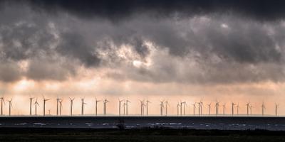 Windmolens voor de kust bij Lemmer. Er zijn geen plannen om deze rij molens te slopen. FOTO NIELS DE VRIES