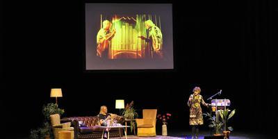 Hedy d'Ancona spreekt in het Posthuis Theater in Heerenveen. Op de sofa zit presentatrice Barbara van Beukering.