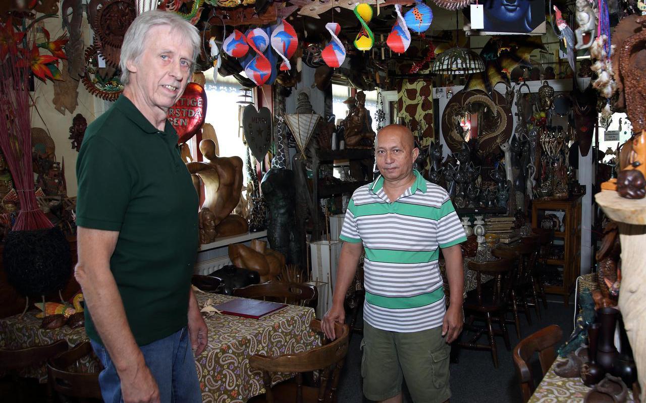 Cor van der Weide en zijn vriend Agus Aguswan in hun 'toko' in Westhoek. FOTO JAN SPOELSTRA