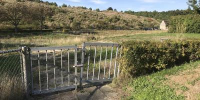 Aan de westkant van het dorp ligt het braakliggende terrein waar ooit basisschool de Zeester stond, te wachten op woningbouw.