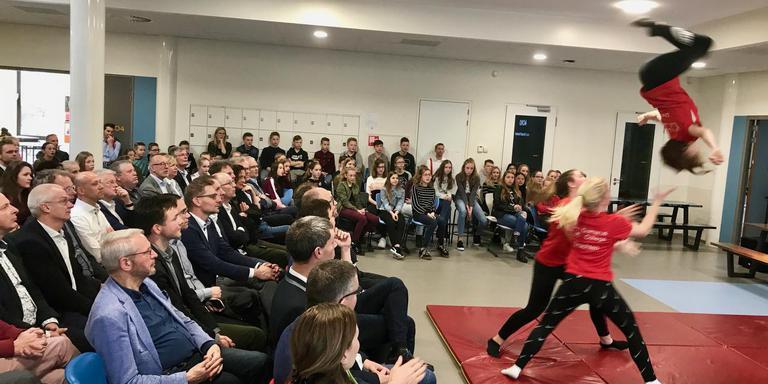 De acrogymgroep van het Gomarus College treedt op bij de feestelijke opening van de school in Drachten.