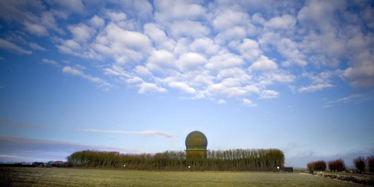 De kenmerkende bol bij Wier moet plaatsmaken voor een kleinere radarpost. FOTO ARCHIEF LC