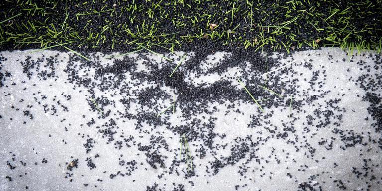 Rubbergranulaat naast een kunstgrasveld. In Opsterland wordt deze vulling niet meer gebruikt bij nieuwe velden. FOTO JILMER POSTMA