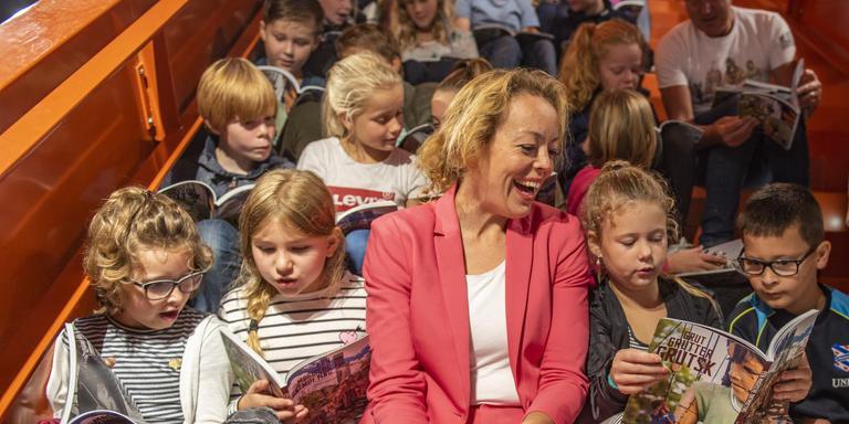 Cultuurgedeputeerde Sietske Poepjes leest leerlingen van de Leeuwarder Wilhelminaschool voor uit het reuzen kinderboek 'Een Magische Ontmoeting'. FOTO HOGE NOORDEN/JACOB VAN ESSEN