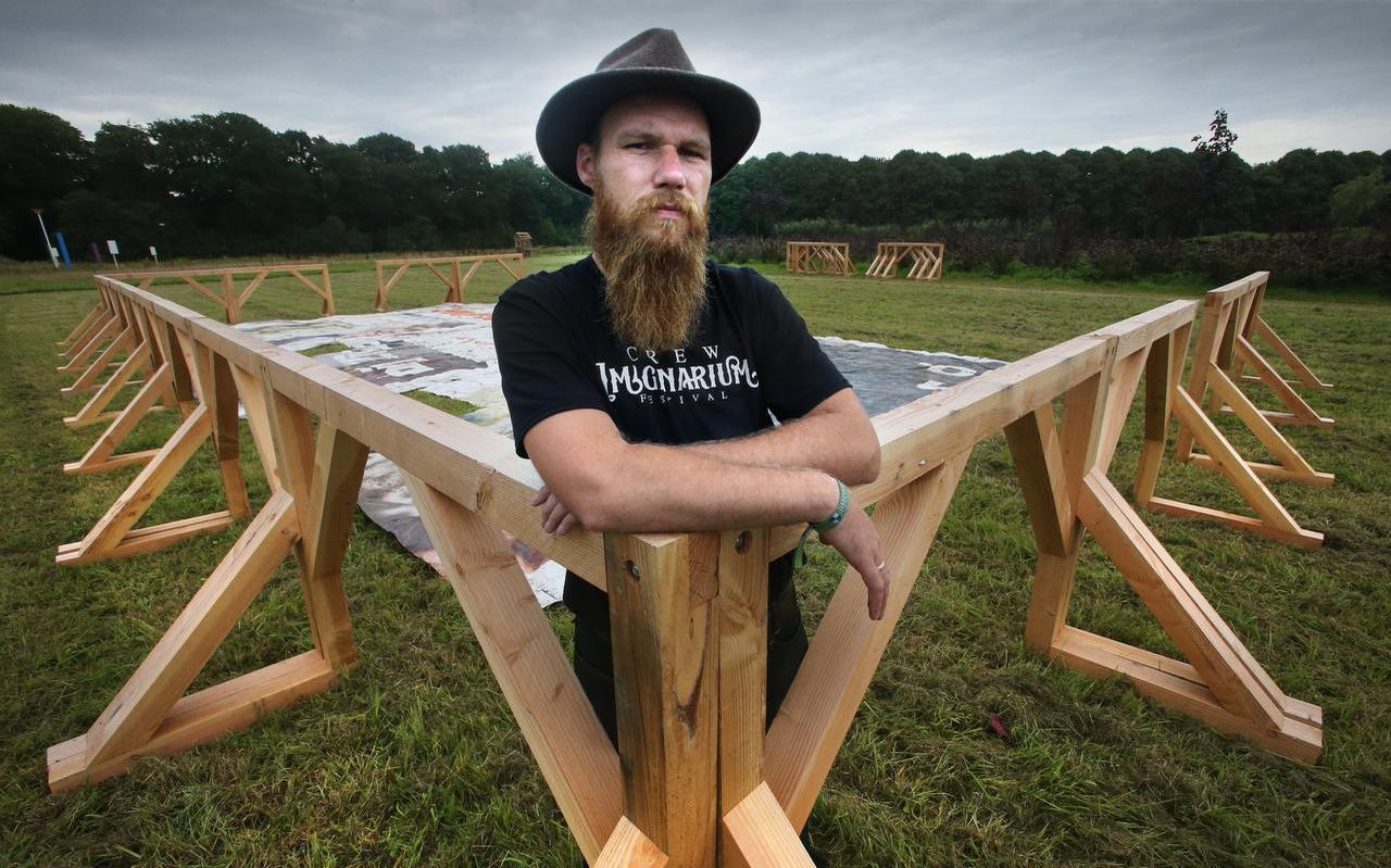Imaginarium-organisator Bert Wielstra in de houten arena, de 'list', in aanbouw. Er komt een bodembedekking van zand in te liggen. FOTO NIELS WESTRA