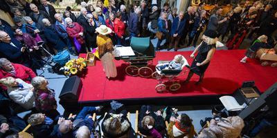 Nieuwsgierige blikken bij de rode loper tijdens de grote verkoopdag in De Lichtpuntloods in Kollumerzwaag. FOTO: MARCEL VAN KAMMEN
