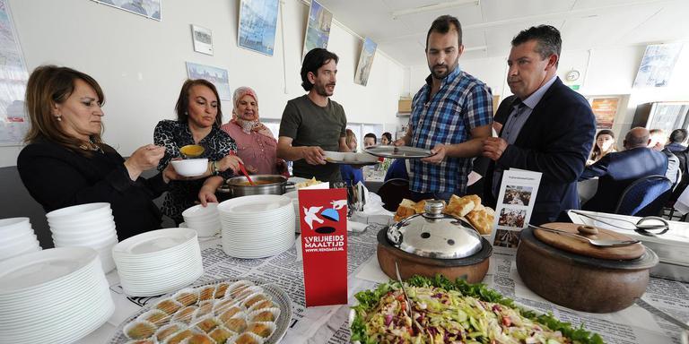 ,,We moeten elkaar gewoon leren kennen'', vindt Fatma Sezen (links), die met haar zus Nurcan Demir (tweede van links) en Houria Elballi (derde van links) de Vrijheidsmaaltijd bereidde. FOTO ALEX DE HAAN