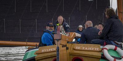 Senioren en 'jongeren' aan boord bij Riezebos (rechts bij het roer). Op de achtergrond, met hoed, Sipke Deelstra. Foto Tom Coehoorn