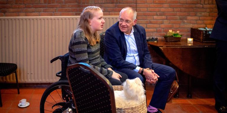 Anne-Margje Stummel in gesprek met topambtenaar Erik Gerritsen. De lichamelijk beperkte Gytsjerkse heeft veel baat bij gebruik van technologie.