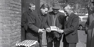 In Sneek zorgden kievitseieren in 1967 nog voor een levendige handel. Op de foto links Hermannus Schreur van poelier De Jong in Leeuwarden. Hij kocht de eieren op van in dit geval twee zoekers die hun vondsten kwamen aanbieden in een doosje en een pet.