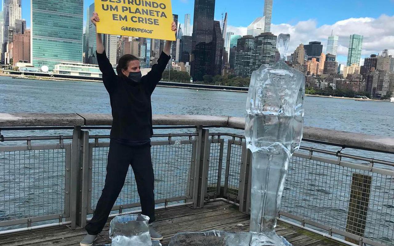 Een activist van Greenpeace demonstreert bij de klimaattop in New York. Dankzij de coronapandemie zouden we eindelijk oog kunnen krijgen voor het nog veel grotere probleem van het klimaat, betoogt filosoof Philipp Blom.