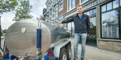 Hessel Jan Sinnige voor het pand in Dokkum waar een ambachtelijke zuivelmakerij komt. FOTO MARCEL VAN KAMMEN